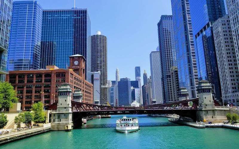 Pontos turísticos em Chicago: barco no Chicago River