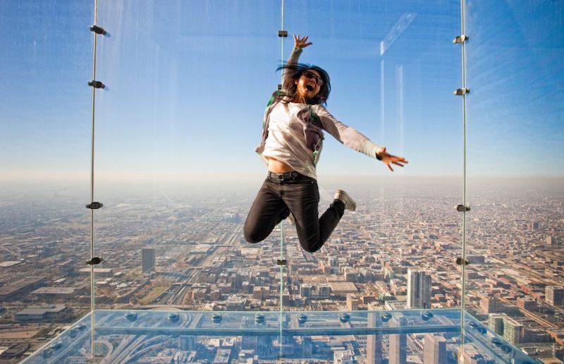 Seguro Viagem Internacional para Chicago: turista no Skydeck da Willis Tower