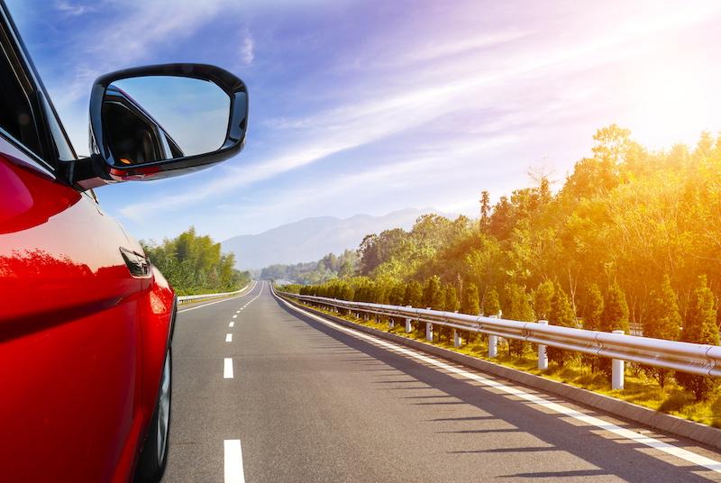 Aluguel de carro em Chicago: carro viajando na estrada