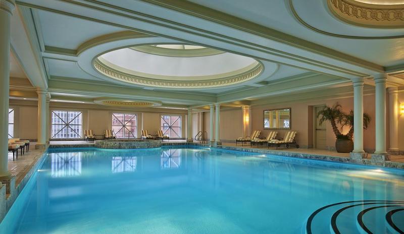 Como achar hotéis ótimos e baratos em Chicago: piscina do hotel Four Seasons